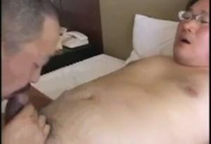 【ゲイ動画】ぽっちゃり中年オヤジが乳首を激しく愛撫され、先走り汁を垂らして勃起!包茎ペニスをこれでもか!というほど熟練のテクニックで刺激されて、我慢できなくなり…