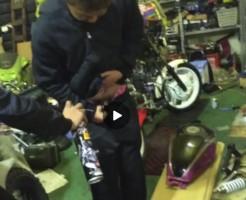 【Vine動画】包茎ペニスにパーツクリーナーをかけて冷却してるやんちゃ系男子www