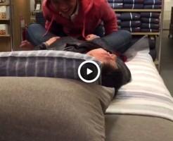 【Vine動画】ベッドの上でガン掘りを披露する男子高校生!?おいおい、そこは…ww