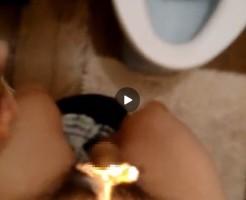 【Vine動画】ペニスを股間に挟み、チン毛をライターで燃やしてたら、たまらずポロリw