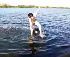 【Vine動画】足をとられ、ペニスを撮られた筋肉系男子が川からあがれないというオチw