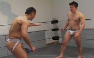 【ゲイ動画】上半身裸の筋肉系マッチョ男子が魅せるプロレス!だんだんエッチなカラミへと変わっていき、ちんぐり返しでアナルをいじられたり上からペニスにまたがったり…!