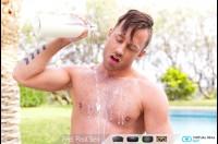 【ゲイVR動画】包茎だけど、やっぱり白人の勃起ペニスってデカっ!プールサイドでやらしくデカマラをしごく露出オナニーがすごい…!