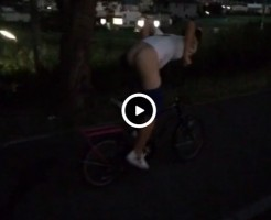 【Vine動画】ケツ丸出しでチャリンコに乗る筋肉イケメン…そのままどこへ行くの?ww