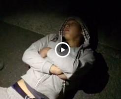 【Vine動画】路上で爆睡しているスリム系のイケメンの巨根を服の上からお触り