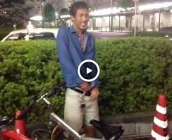 【Vine動画】半剥けペニスを露出しているスリ筋イケメンがガチムチ男に傘で叩かれるw