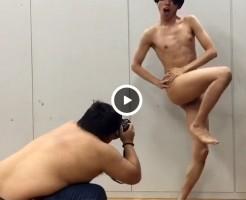 【Vine動画】カメラマンに乗せられて、スリムイケメンがどんどん淫らな格好になってるぞww