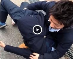 【Vine動画】学生服を着たイケメンたちが校門前でおりなす指マンプレイに大興奮!?w