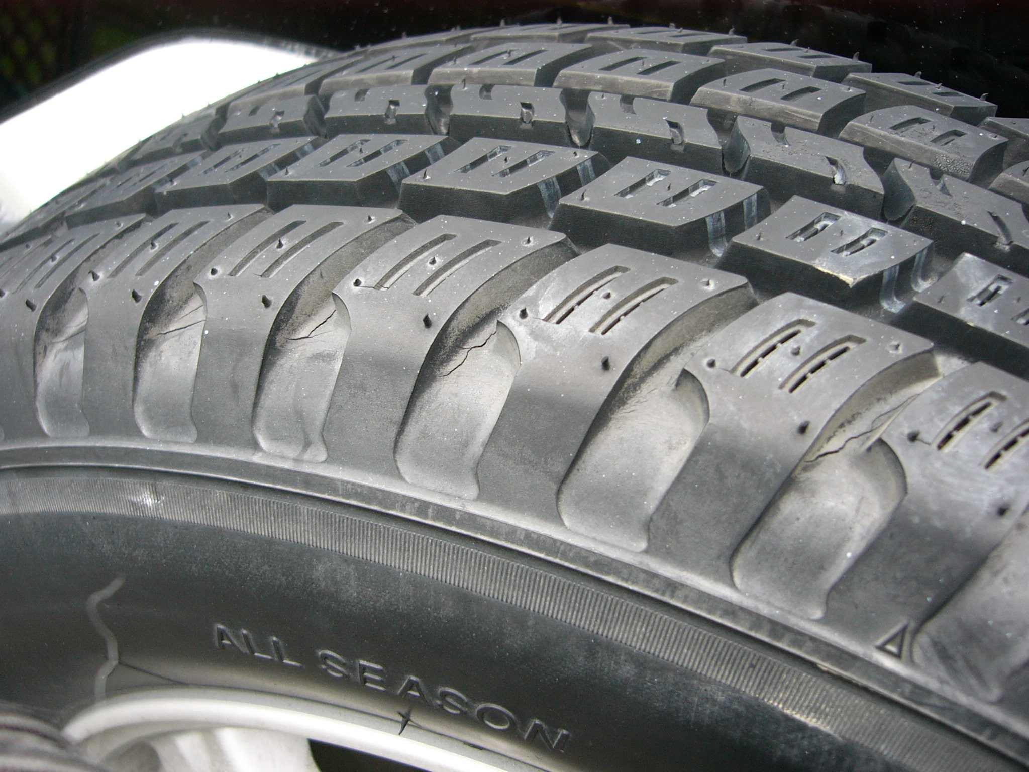 "A case of ""tire cord"" and ""tread surface"" of all-season tires (via Ken T1381 on Wikimedia)"