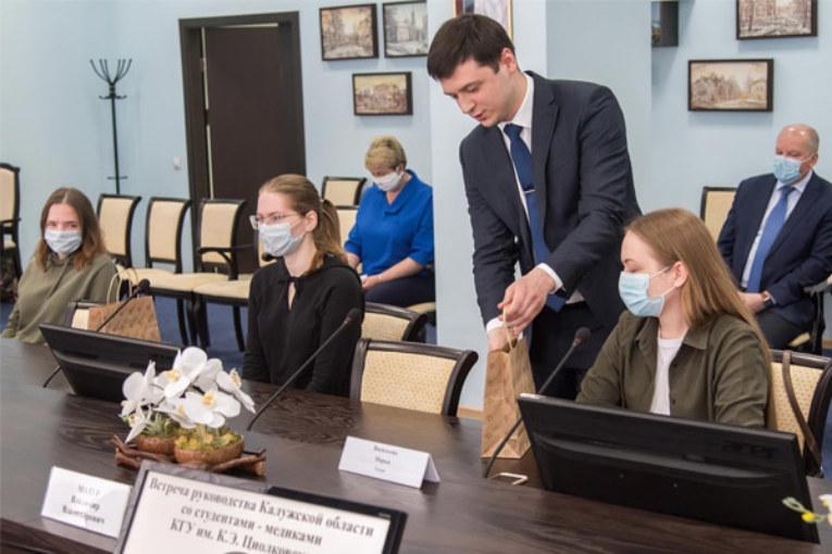 Владислав Шапша – студентам вузов области: «То, что вы сегодня наравне со своими старшими опытными коллегами решили направить силы на спасение людей, вызывает огромное уважение»