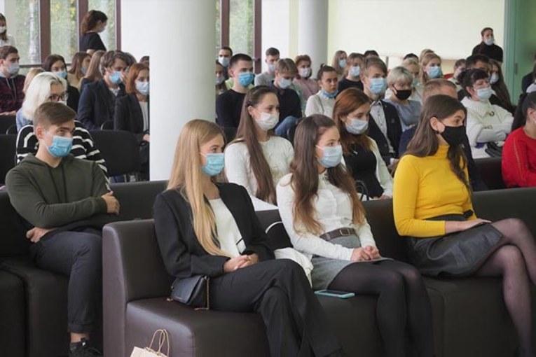 В школы Калужской области ежегодно приходят порядка двухсот молодых учителей