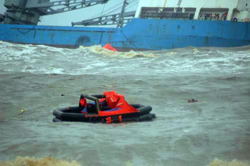 DenDen launches liferafts after grounding ship off an indian beach
