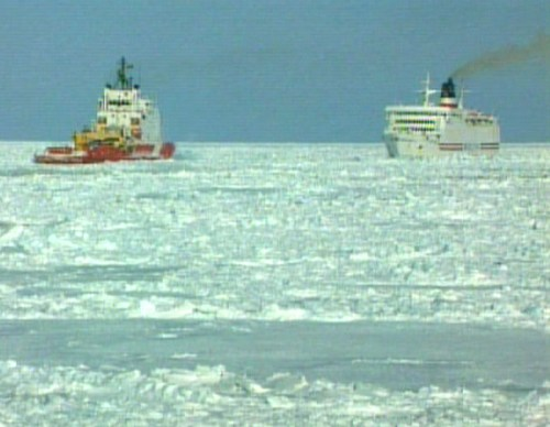 cruise-ship-stuck-in-in-ice-2