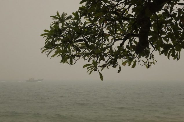A vessel travels on the haze blanketed sea along East Coast Park as the pollutant standards index (PSI) hits above 300 in Singapore June 21, 2013. REUTERS/Tim Chong