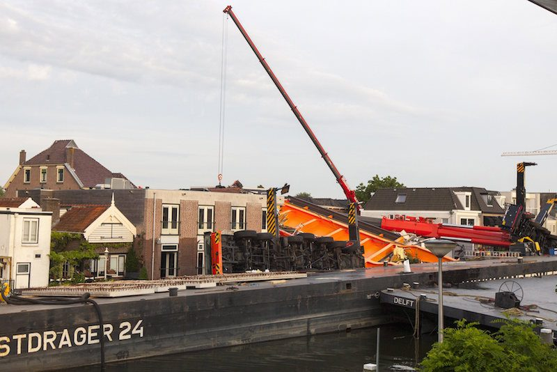 Two collapsed cranes are seen in Alphen aan de Rijn, the Netherlands August 3, 2015. Two cranes hoisting a massive section of bridge collapsed in a western Dutch town on Monday, flattening a row of houses and injuring at least 20 people, authorities said. REUTERS/Ronald Fleurbaaij