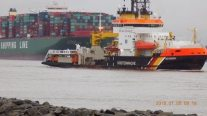 Team of Tugs Pull CSCL Indian Ocean Free from Elbe Riverbed
