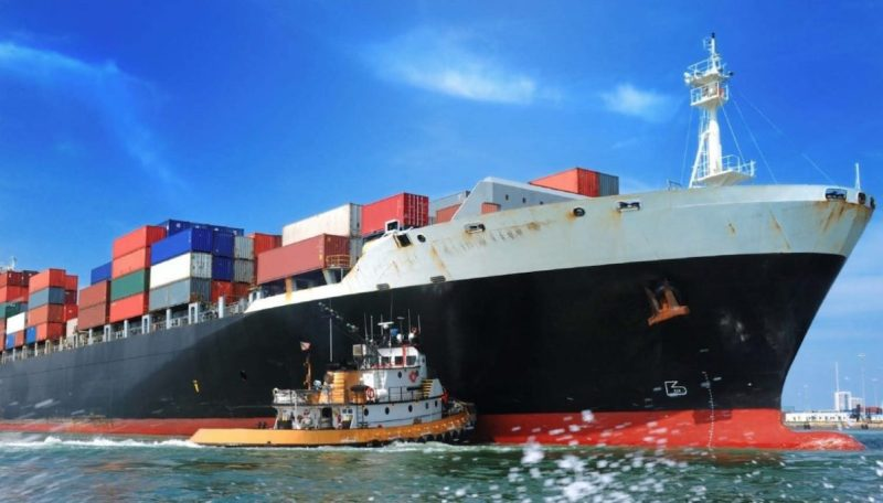 containership-with-tug-assist