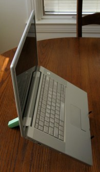 geardiary_cricket_laptop_stand_in_use_03