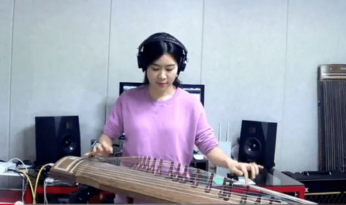 Luna Lee rocking out to Hendrix on her Gayageum