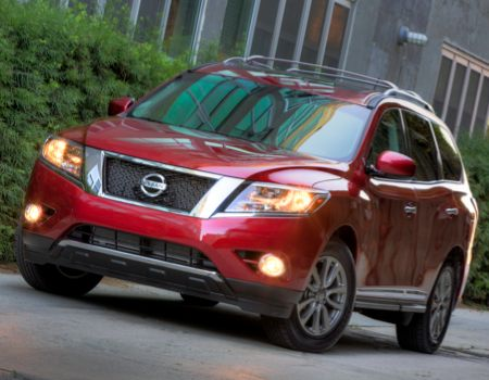 2014 Nissan Pathfinder in more urban setting