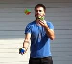 Resuelve el cubo de Rubik mientras hace malabares con otros dos cubos