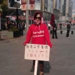 Una mujer protesta en las calles de Beijing pues el marido no le quiere comprar un iPhone 5 #WTF