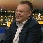 Stephen Elop arroja un iphone al piso y dice vergonzoso refiriéndose al terminal de Apple