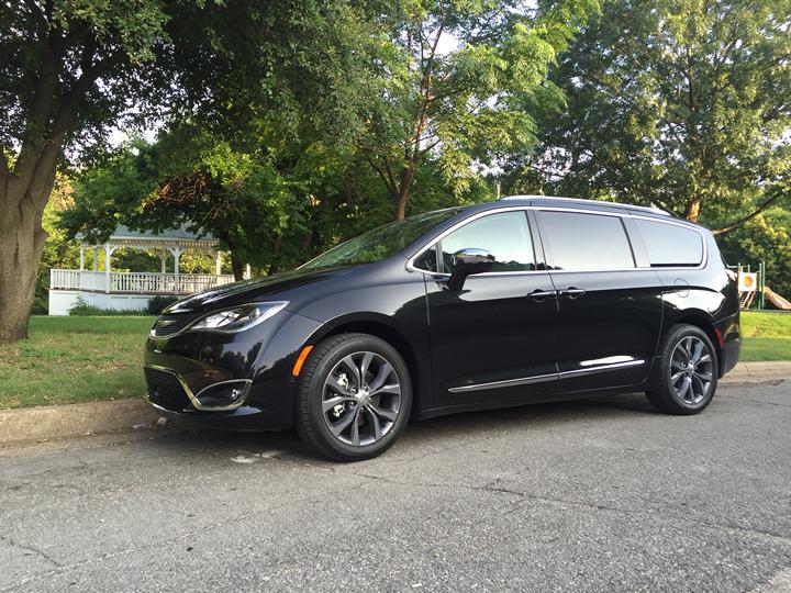 La nueva y lujosa Chrysler Pacifica 2017 Limited en imágenes