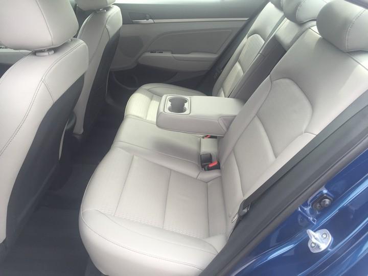Hyundai-Elantra-Limited-2017-14