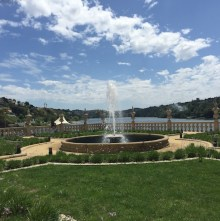 Les jardins et la fontaine de la Pousada