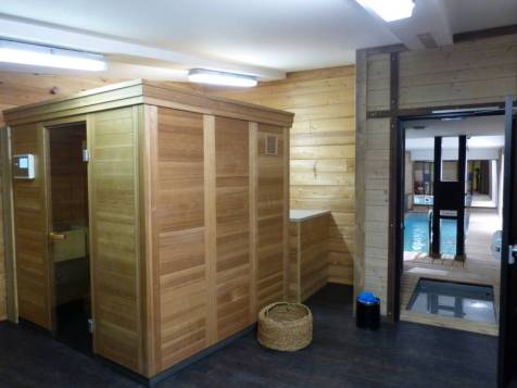 Le sauna avec au fond la nouvelle piscine