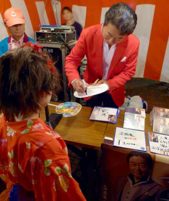 Minami Issei always has time for fans young and old