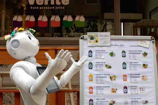 Verite, the Hiroshima juice bar with a robot outside