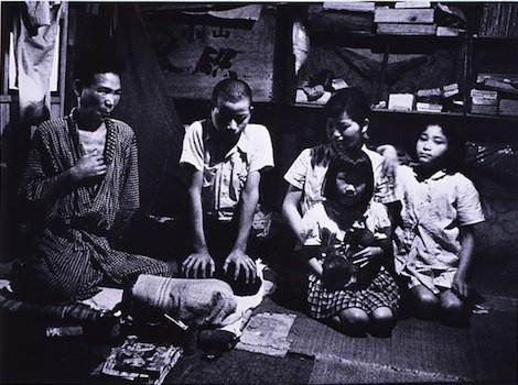 Sugimatsu Nakamura with his children, 1957 © Kikujiro Fukushima