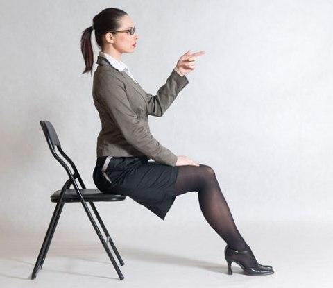 на стуле нога за ногу фото