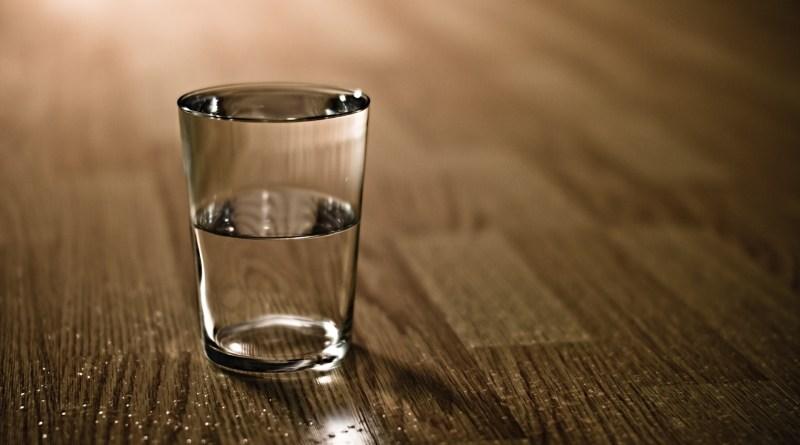stakan s vodoi