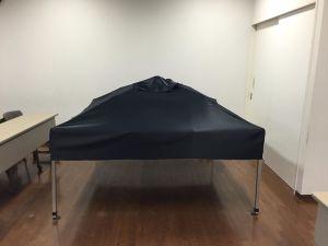 使用する布は、遮光1級の防炎試験合格品の素材。稲葉さんのパッチワークの師匠にお願いして縫製してもらいました!ありがとうございます!ピッタリなんです!