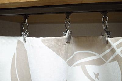 カウンター下のカーテンを手作り 留め具アップ
