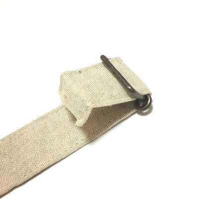 紐の端を縫う