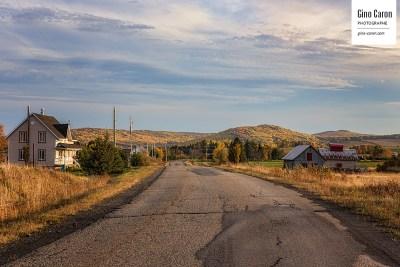 Route de campagne à l'automne