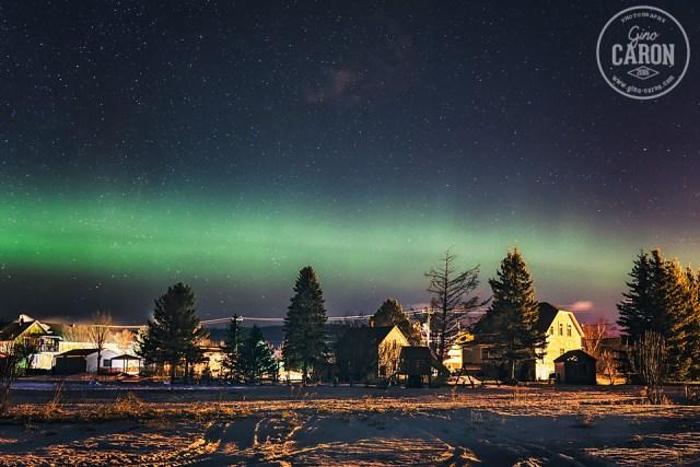 Une lueur verte qui danse au-dessus des habitations