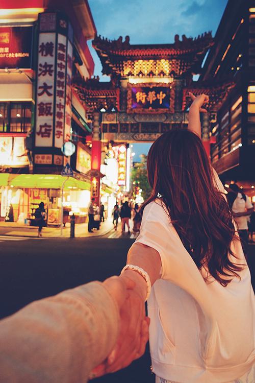 青空の下で手を広げる女の子のフリー写真素材(商用可)