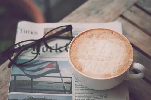 ハニーミルクラテと新聞とメガネのフリー写真素材(商用可)