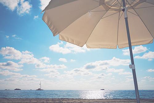 夕焼けに染まる海と船のフリー写真素材(商用可)