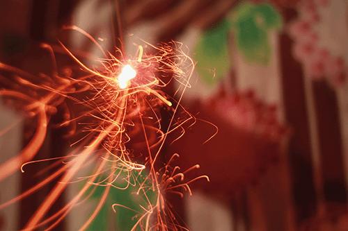 火の粉が舞い散る線香花火のフリー写真素材(商用可)