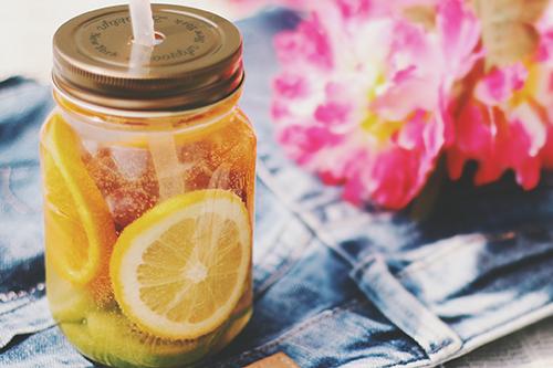 オレンジ、キウイ、ブドウのデトックスウォーター(炭酸)のフリー写真素材(商用可)