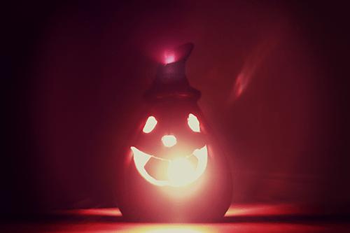 火が灯ったハロウィンのジャックオーランタンのフリー写真素材(商用可)
