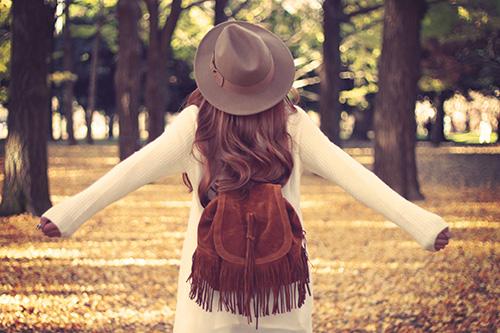 お散歩で森に来た女の子のフリー写真素材(商用可)