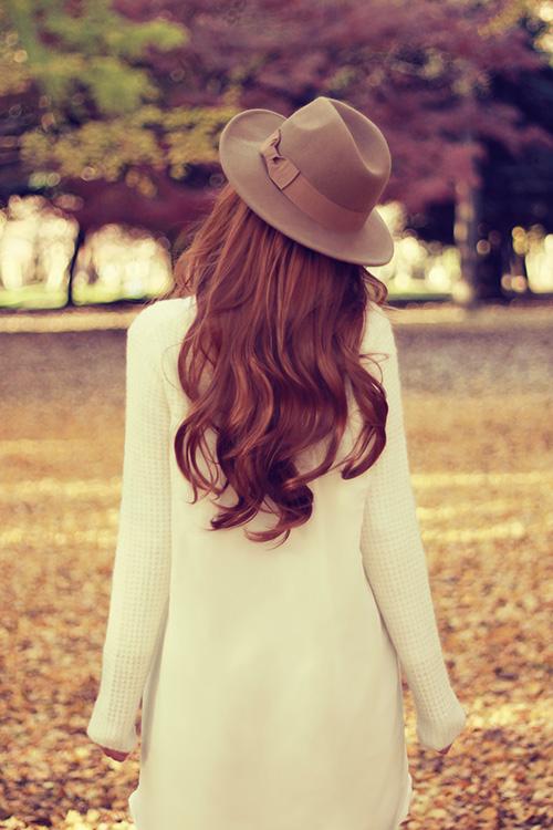落ち葉を舞い上げる女の子のフリー写真素材(商用可)
