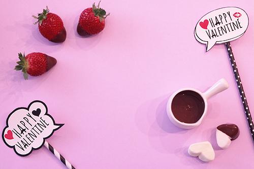 バレンタイン用のチョコに浸したイチゴとマシュマロのフリー写真素材(商用可)
